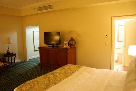 Armenia Marriott Hotel Yerevan:                   Ruime en luxe slaapkamer en badkamer