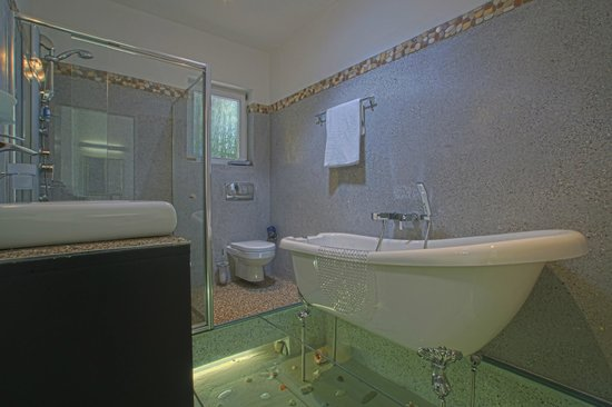 Ocean View House: Classic Room 15 & 16 Bathrom