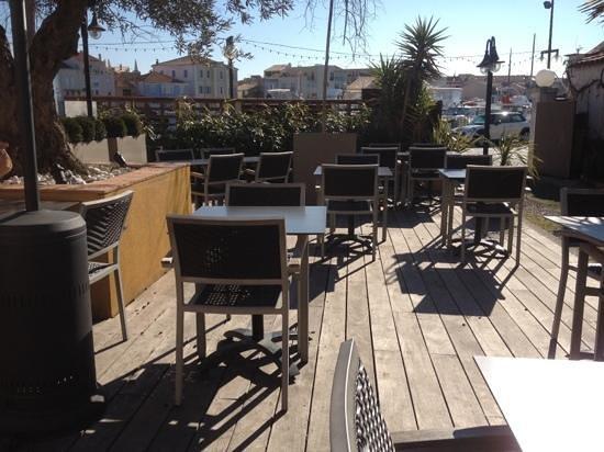 Gusto Caffe:                   la terrasse en plein soleil!