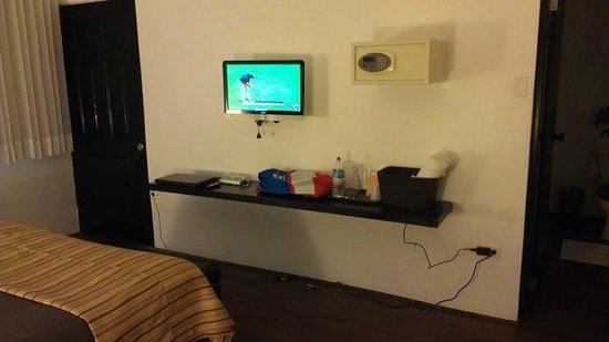 Casa Condado Hotel:                   LCD TV, safe, floating desk