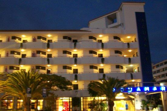 Apartamentos Aguamar:                   hotel at night