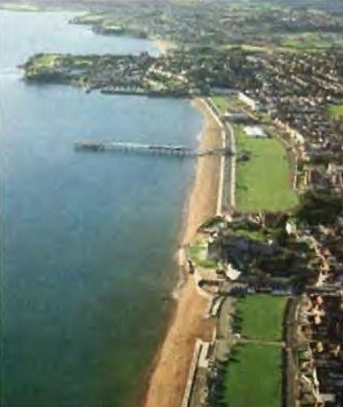 Benbows Guest House: Paignton Seafront Benbows is on the peninsula