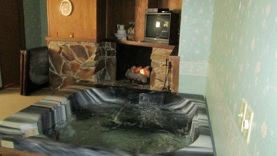 Heritage Manor Inn :                   Jacuzzi and fireplace