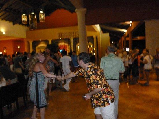 Ocean Blue & Sand:                   El lobby, donde a la noche tocaba un grupo y se podía bailar. Muy divertido!