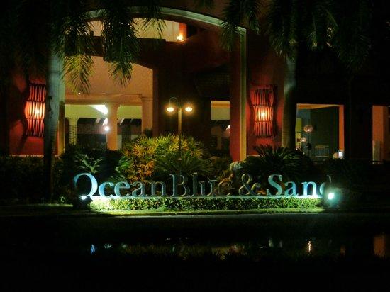 Ocean Blue & Sand:                   Acceso al Hotel