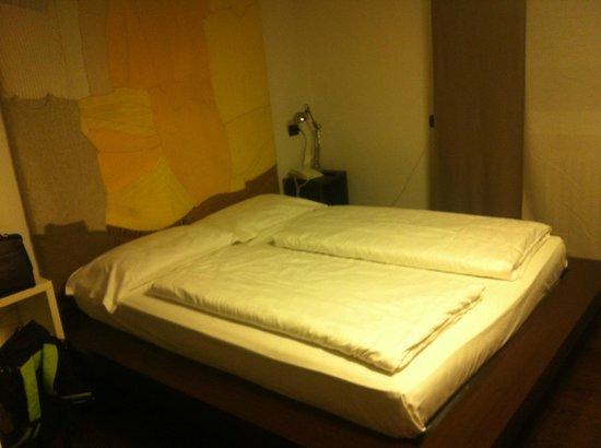 """Arts Hotel:                   Camera doppia con il """"quadro dei maglioncini"""""""