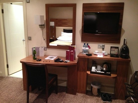 Mercure London Bloomsbury:                   Desk / tv / coffee set