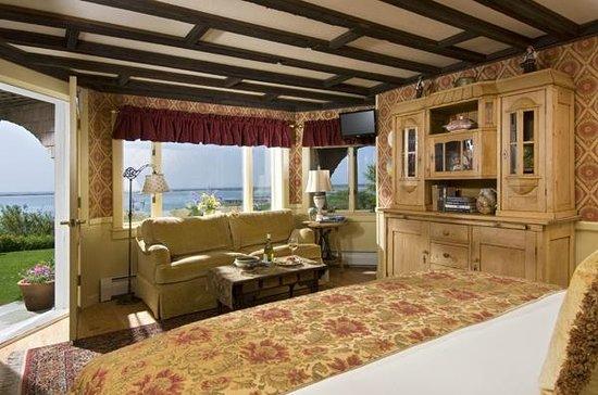 Land's End Inn: English Garden Room