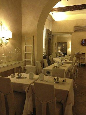 Hotel Adriano :                   la salle des petits dej est agréable
