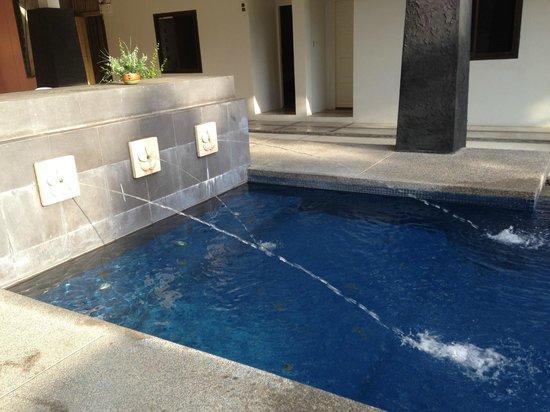 Surintra:                                     La piscina