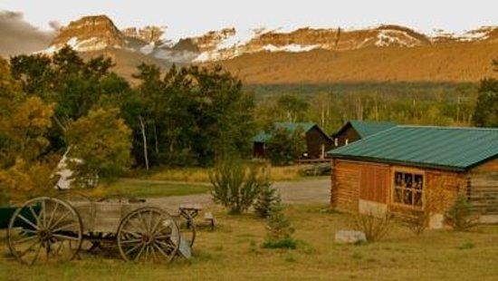 Glacier Trailhead Cabins: Picnic shelter area