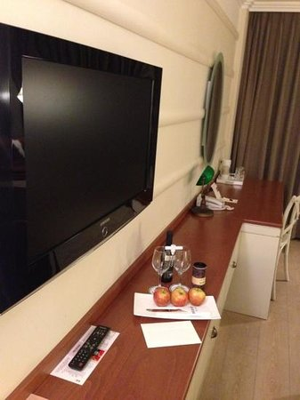 Herods Tel Aviv:                   executive room have wine and chocolate