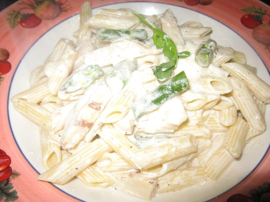 Restaurant Baffetto De Roma: Penne with chicken and aspargus in an Alfredo sauce.
