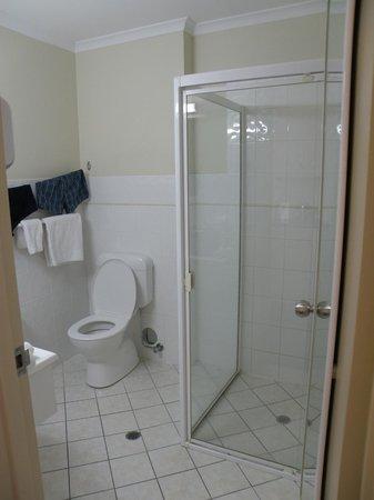 Adelaide Riviera Hotel:                   Bathroom room 416