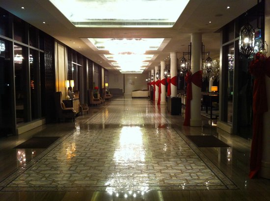 The Fullerton Bay Hotel Singapore:                   beautiful arrival hall with shiny floor