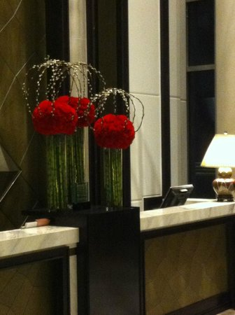 The Fullerton Bay Hotel Singapore:                   nice floral arrangement