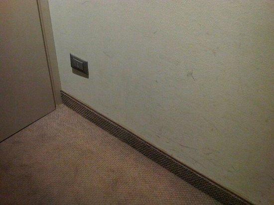 Smart Hotel Holiday:                   Segni neri sull'intonaco della camera