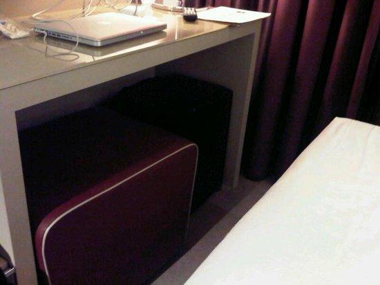 Smart Hotel Holiday:                   Spazio stretto tra scrivania e letto