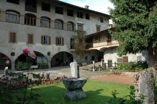 Rovetta, Italia:                   Casa museo Fantoni - Cortile interno