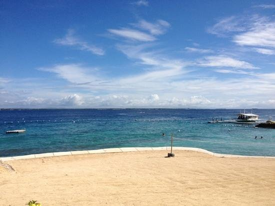 Crimson Resort and Spa, Mactan:                   small but enjoyable (and safe) beach