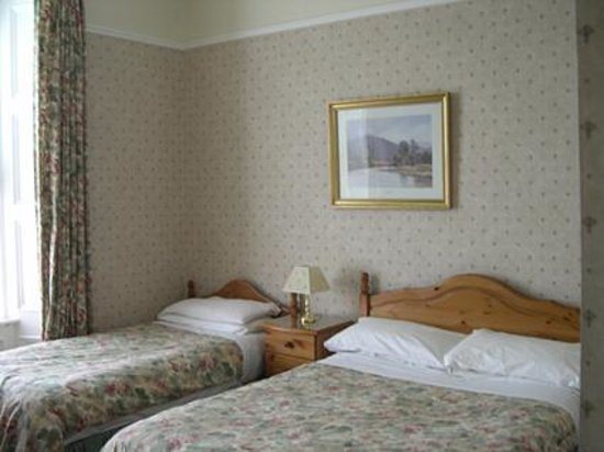 Arrandale Guest House: Room 4 overlooking gardens, one double and one single bed and en-suite bathroom