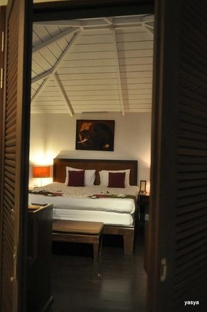 Iyara Beach Hotel & Plaza:                   bed