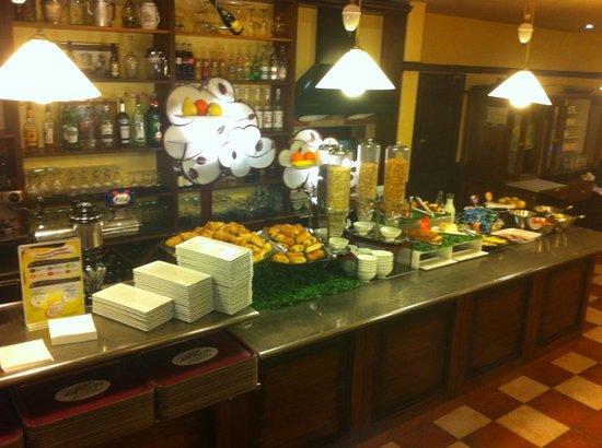 Ibis Bordeaux Pessac :                   Une partie du petit déjeuner Buffet