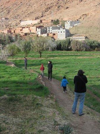 Dar Isselday:                   Un paseo por los alrededores del pueblo