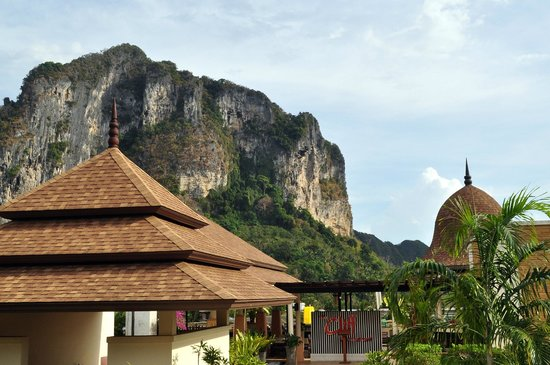 Aonang Cliff Beach Resort:                   вид с террасы ресторана на завтраке