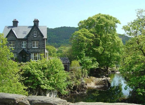 Bryn Afon Guest House : Bryn Afon from Pont-y-Pair Bridge