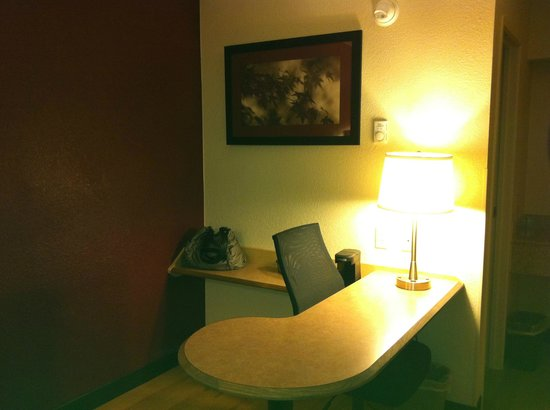 Red Roof Inn - Louisville SE - Fairgrounds:                   Desk area
