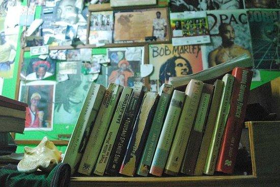 Robert Righteous & De Youths Seafood Restaurant & Bar:                   Dettaglio libreria nel bar