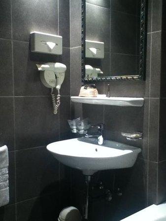 Hotel Mon-Repos :                   bathroom - sink area