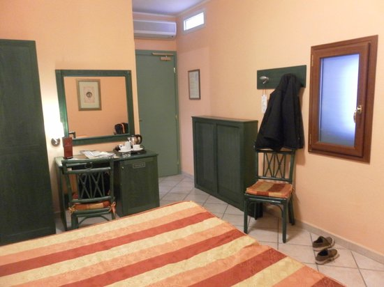 Bologna Hotel Pisa:                   Entrance areas and desk of double room