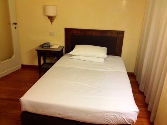 Il letto queen size camera singola picture of astoria hotel