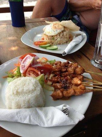 Zipp Bar Restaurant & Bungalows:                   Nasi and satay