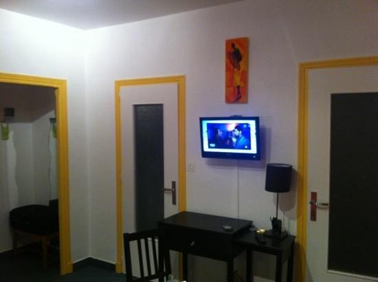 Hotel Restaurant Jeanne d'Arc :                                     Tv bureau
