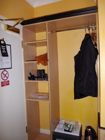 Tudor Court Hotel:                   armario, pequeño pero suficiente