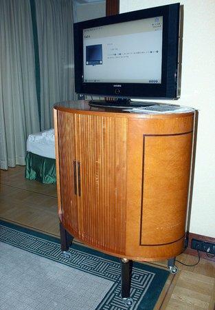 Hotel Adlon Kempinski:                   TV Gerät auf wackeligen Füssen