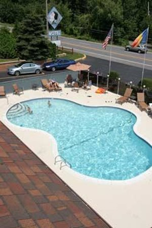 Mohican Motel: Outdoor pool