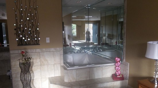 Gadsden Inn & Suites: HONEYMOON SUITE IN-ROOM JACUZZI TUB