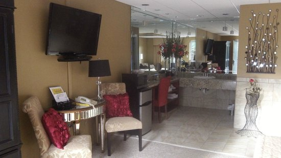 Gadsden Inn & Suites: HONEYMOON SUITE DRESSING AREA