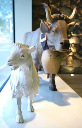 Anker Hotel: handgeschnitzte Holzfiguren im Eingangsbereich