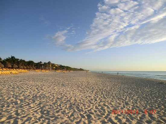 Sandos Playacar Beach Resort:                   La plage à perte de vue.