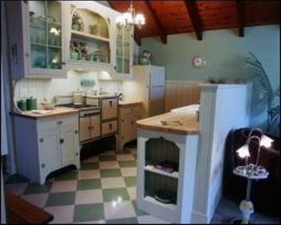 Antiquities' Wellington Inn: Art Deco Kitchen