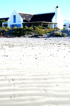 Zula Beach House and Cottage: Zula Beach House on the beach