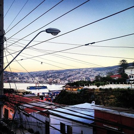 Casaclub Hostel:                                     Valparaíso desde la ventana del hostal