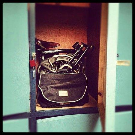 Casaclub Hostel:                                     Mi Brompton en el locker de la pieza
