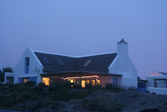 Zula Beach House and Cottage: Zula Beach House at Night