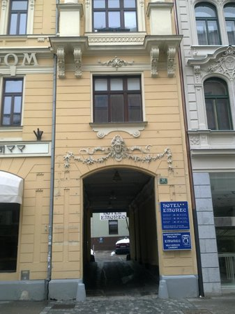 Hotel Emonec:                   Entrance to Courtyard